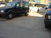 Cotxes i restes d'obra a la calçada per un lloc on transiten vianants
