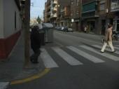 Un cop més, un obstacle a calçada dificulta la vissibilitat d'un caminant.