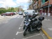 Es pot observar en primer terme l'estacionament de motos, el pas de vianants amb un vehicle estacionat indegudament i l'aparcament en bateria